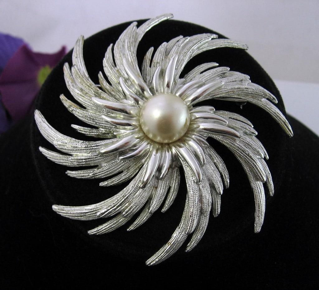 Sarah Coventry PINWHEEL BROOCH Vintage PIN Silvertone Faux Pearl Flower VTG